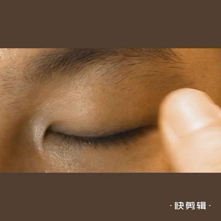 如何进行睑板腺自我按摩先用40度热毛巾热敷眼睑五分钟;洗干净手按摩五分钟;最后点一滴消炎眼药水
